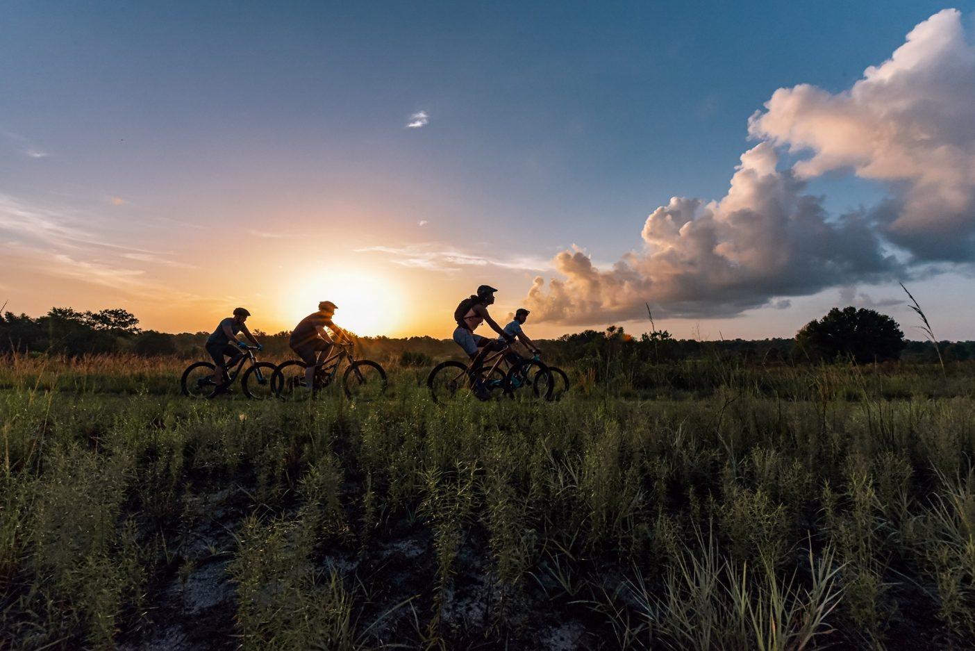サバンナを彷彿とさせるバーム・ボイエットの草原で夜明けのクルーズを楽しむトニー・エステベス、スペンサー・マーシャル、アナリース、サキアス。午前7時の時点で気温が30度、湿度が90%を超える日は、とくに早くからのスタートが必須。Photo : Nathalie DuPré