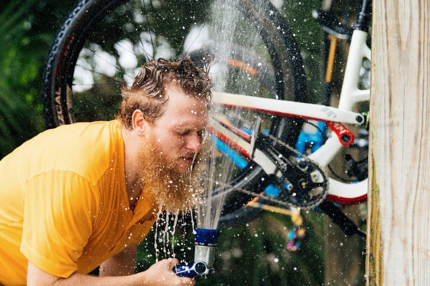 アラフィアのバイク洗車場は、夏の嵐のあとの泥だらけのライディングには欠かせない。そして気温30度以上の日に涼むにはさらに重宝することを実演してみせる〈スワンプ〉の会長シェーン・リッチソン。Photo : Nathalie DuPré