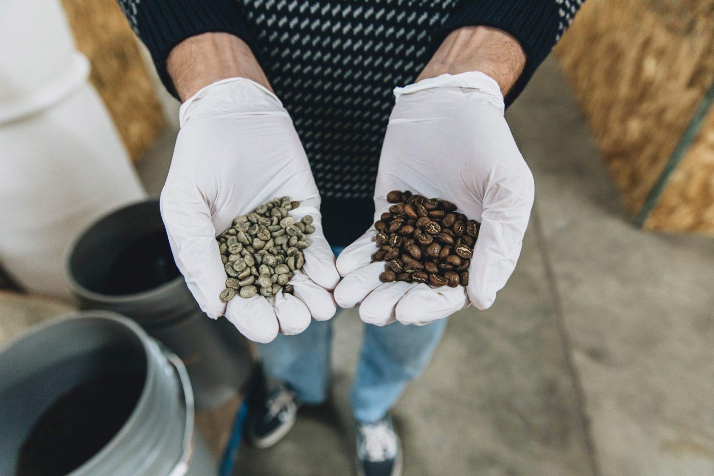 コーヒーが好きじゃない人、手を挙げて。あまりいないだろうと思った。アレックスと新たに焙煎した豆の子供たち(右)。オーバービューで彼が追い求めるのは、手を挙げなかった人たちと私たちのコーヒーを飲む習慣を、地球を救うために変化させること。あるいは最低でも地球に役立つことに変化ことです。Photo:Johnie Gall