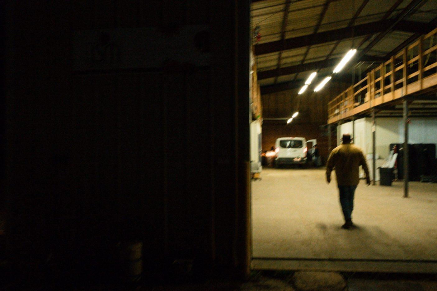 サモラの典型的な1日は夜明けよりずっと早くはじまり、夕暮れに終わる。カリフォルニア州ロイヤル・オークス
