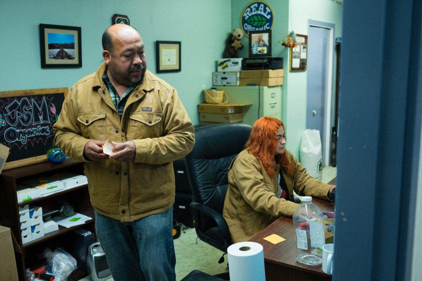 JSMオーガニックスの事務所のハビエルと娘のシンシア・サモラ。カリフォルニア州ロイヤル・オークス