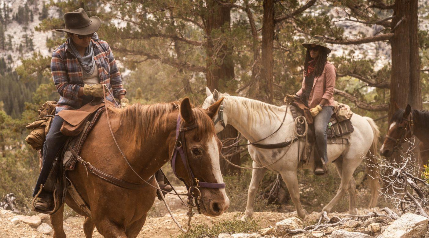 ジェイド・ベゲイとパトリス・リンゲルステインは、それぞれフォレストとガペルという名の馬に乗り、カリフォルニア州のカーン川を離れ、ホイットニー山を目指して、長い峠道を行く。Photo:Taylor Rees
