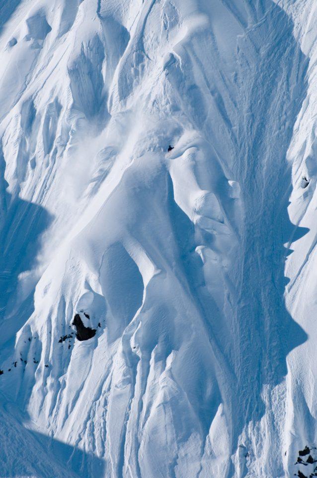 アレックスはつねに道を見いだす。スノーボード業界におけるストーリーテリングの新しいアプローチ、アラスカの陽の降り注ぐ大きなライン、彼の人格にお似合いのアクティビストの道でも。Photo:Phil Tifo