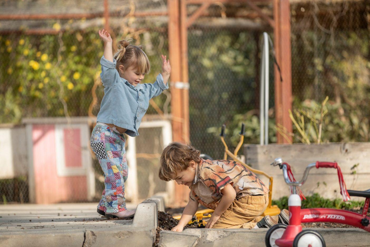 コートニーの息子のサミー、双子のマギー(左)とボビー(右)は、遠くに行かなくても自然と戯れることができる。サミーは庭で新しいペットを見つけるのが得意だ。ナナフシの家族もいれば、小さなオタマジャクシから巨大なウシガエルに成長した「クッキー」も。Photo: Tim Davis