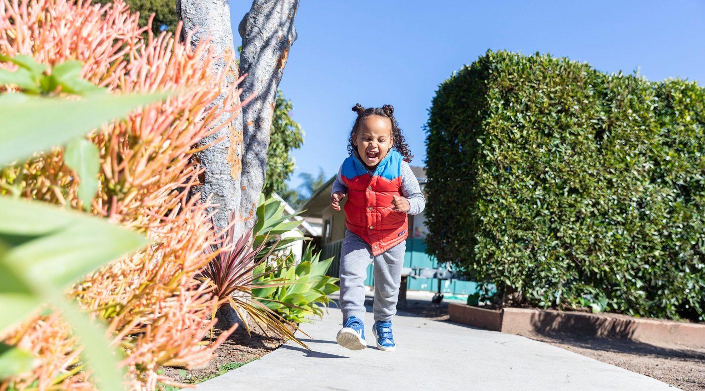 青空の下、自宅の外で遊ぶ3歳のクエスト。カリフォルニア州サンタバーバラ photo : Keri Oberly
