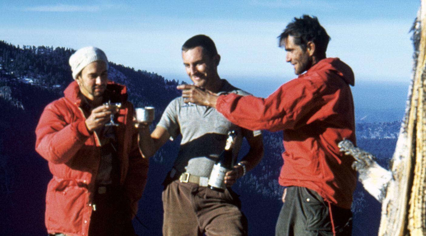 """エル・キャピタン頂上で乾杯するジョージ・ホイットモア、ウェイン・メリー、ウォレン・ハーディング。Photo from """"Yosemite in the Fifties: The Iron Age"""" / Ellen Searby Jori"""