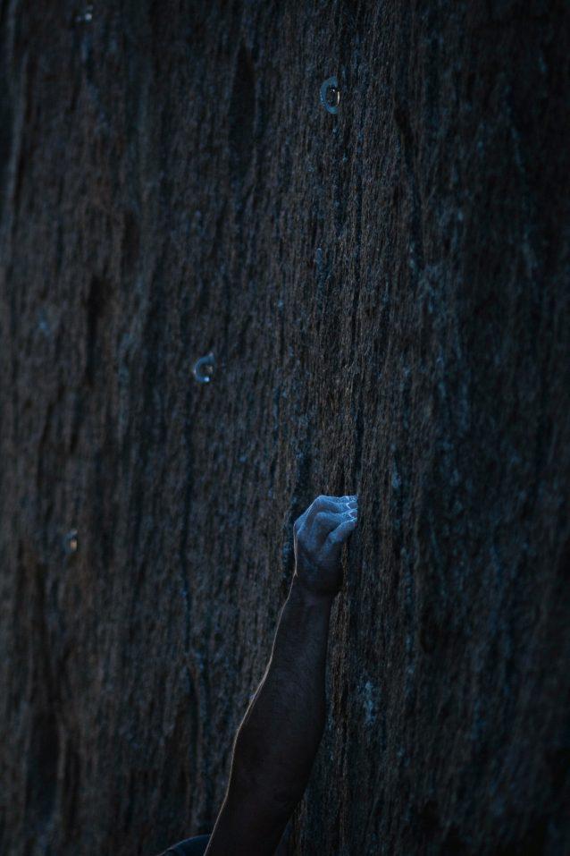 ローンパインの地元民、マイルズ・モーザーは、アラバマヒルズのコリドーズ地帯の切り立った日陰の岩壁にインカットクリンプを見つけた。モーザーは、この岩山の幾多の最難関ルートをはじめ、ヒルズにおけるボルト設置の第2波をけん引した。Photo: Matthew Tufts