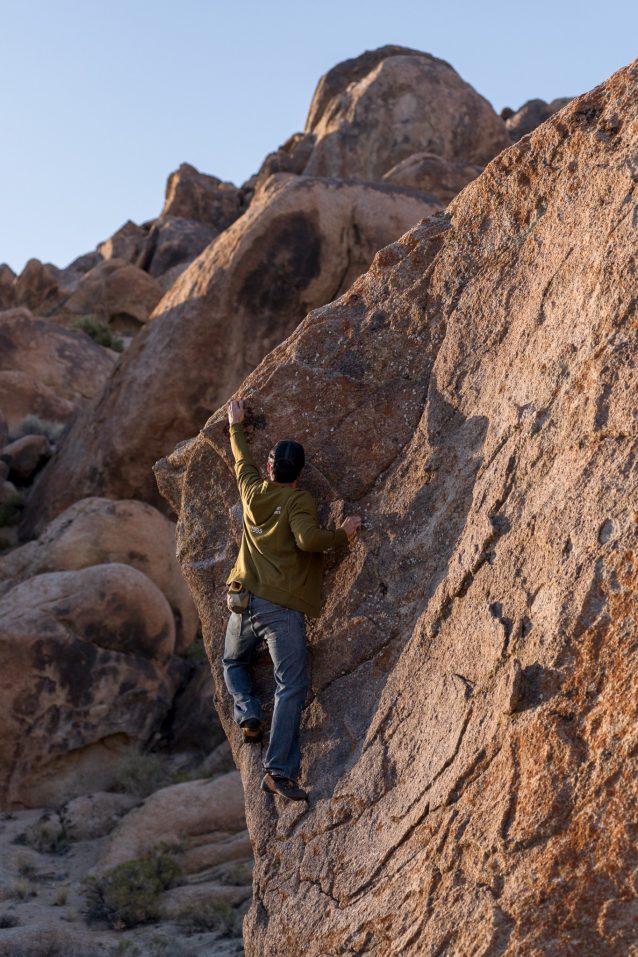 地元で生まれ育ったコルデロ・チャベスは、群衆を避けられる場所を知っている。気楽な早朝、彼はヒルズで登る人の少ない湾曲部の難所を這い上がる。Photo: Matthew Tufts