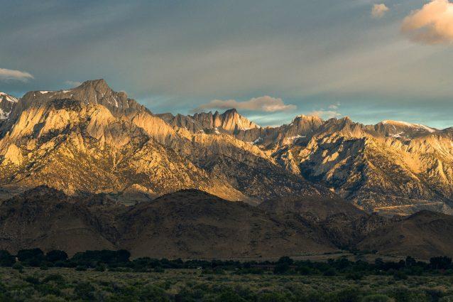 アラバマヒルズ。ローンパインにそびえるアラバマヒルズは東シエラに比べると小さい。米国本土48州の最高峰ホイットニー山は、ヒルズのどこからでも見ることができる。カリフォルニア州インヨー。Photo: Matthew Tufts