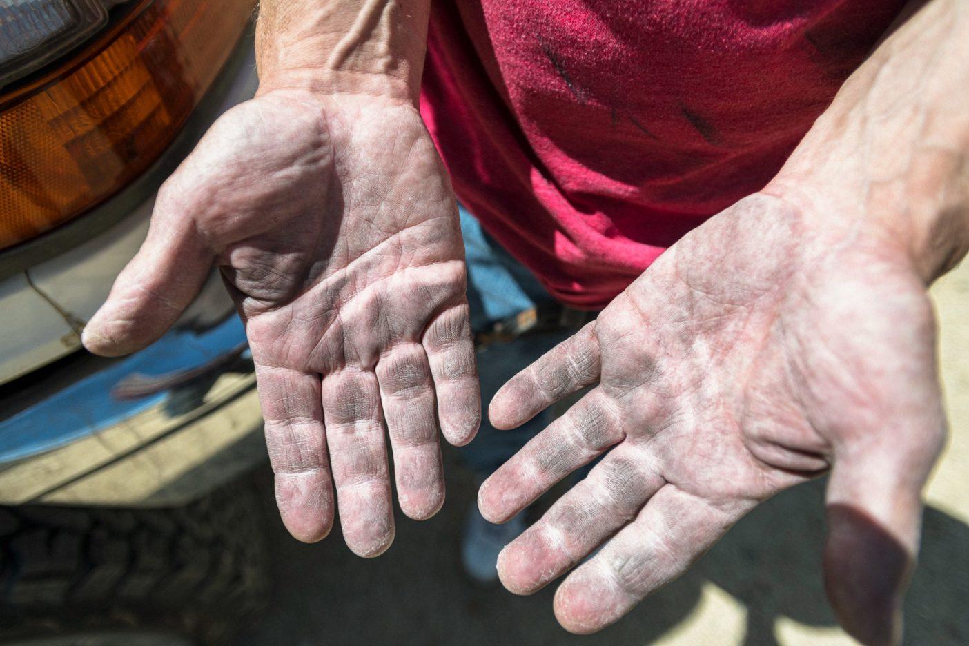 トム・エースは皮膚が硬化した地元民の手、彼の「アラバマヒルズ・ミット」を見せる。数十年にわたって乾燥した高地砂漠で尖ったザラつく岩を登り、自宅工房で大工仕事にいそしんだ結果だ。Photo: Matthew Tufts