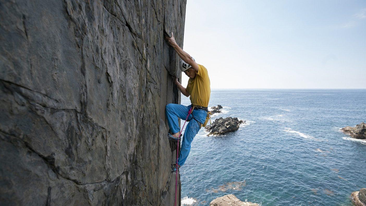 「弎岳」(5.13d/14a R)を初登する倉上 慶大。 写真:佐藤 正純