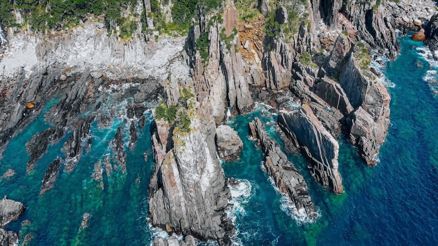 屋久島の海岸沿いには、地殻変動によって迫り上がった岩壁が並ぶ。 写真:鈴木 岳美