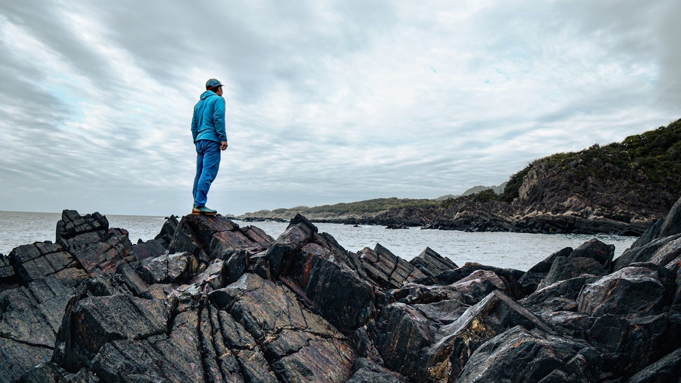 雨の日は新たなラインを求めて島中を歩き回る。 写真:鈴木 岳美