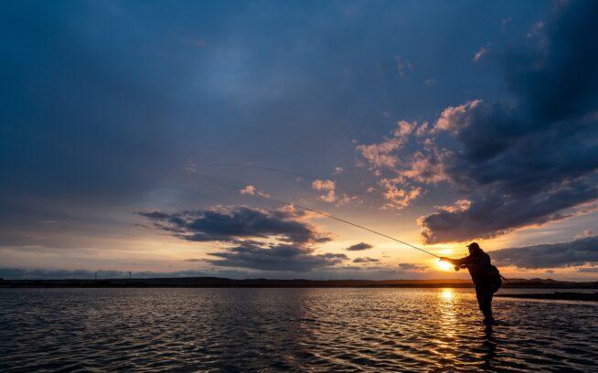 川と空とが織りなす美しい汽水エリア。巨大アメマスを追う釣り人の夢のフィールド。写真:奥本 昌夫