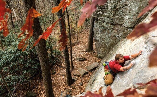 ケンタッキー州レッド・リバー・ゴージにある5.7のスラブを慎重に登るドリュー・ハルシー。「勝手にいろいろ思い込む人もいます」とドリュー。「僕の体型を見て、初心者だと思うんですよね。それか、登れないだろうって」Photo : Austin Siadak
